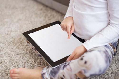 : Ipad vừa là bảo mẫu, vừa là bạn, vừa là món đồ chơi, trò chơi duy nhất của nhiều trẻ em hiện đại. Ảnh mang tính minh họa.