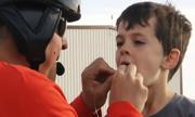 Bố dùng trực thăng để nhổ răng cho con