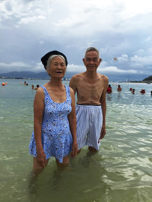 Cụ bà 87 tuổi mặc áo tắm bẽn lẽn theo chồng ra biển