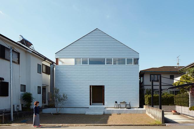Gia đình Nhật làm sân bóng rổ giữa nhà cho con
