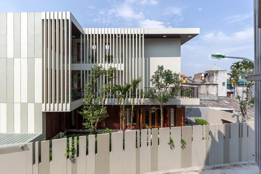 Ngôi nhà có mọi góc phòng đều nhìn thấy cây xanh