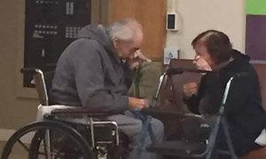 Giọt nước mắt của hai vợ chồng già khiến hàng triệu người xúc động