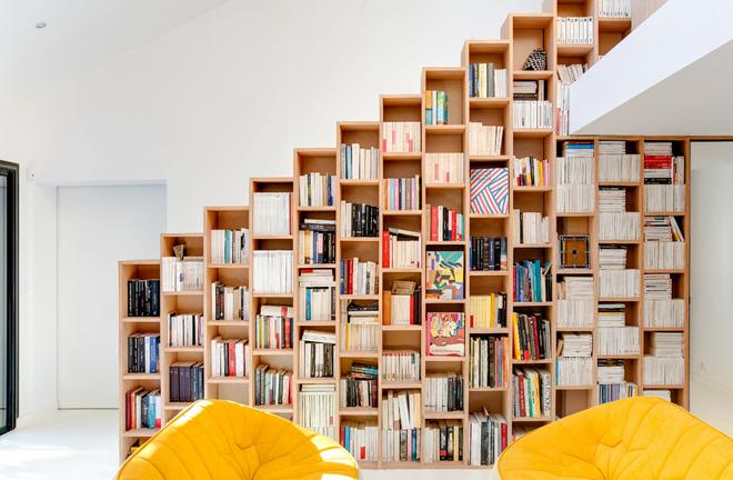 Chủ nhà biến mọi vách ngăn thành tủ sách