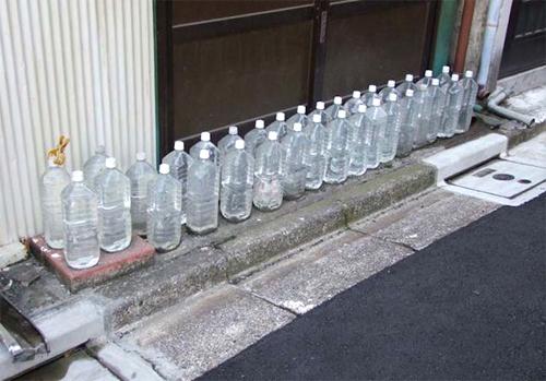 nuoc 1783 1477971450 Lý do người Nhật đặt nhiều chai nước trước cửa nhà bạn có biết không?