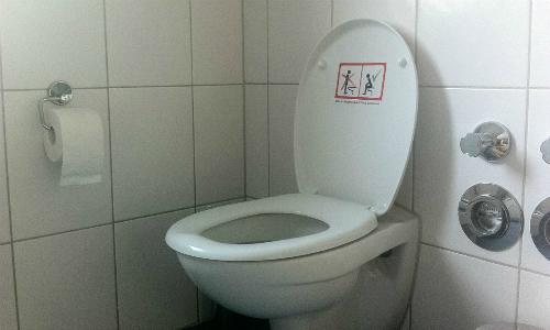 Toilet với biểu tượng cấm đàn ông đi tiểu đứng ở Đức. Ảnh: Im-sitzen-pinkeln.
