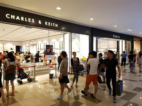 Các thương hiệu thời trang giảm giá nhiều nhất là Miss Selfridge, Dorothy Perkins, Topshop Topman, Aquamarine, Jeanswest, Milvus, F.O.S, SuperSports, F&F, Penshoppe&); giày dép, túi xách, vali của Charles & Keith, Pedro, Havaianas, Samsonite, Arte, Ecco, Aldo, Shooz...; thời trang trẻ em Cookie Jar, Jadiny, F&F; mắt kính Mắt Việt, Eyewear Hut; đồng hồ Citizen, World of Times; phụ kiện thời trang Harlyn, Pink Tree, Aglaia và mỹ phẩm -417, The Body Shop, The Face Shop...