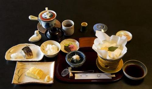 Bữa ăn Washokugồm cơm, canh, một món mặn, một phần rau chính, hai phần rau phụ.