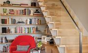 Chủ nhà biến gầm cầu thang thành tủ sách ấn tượng
