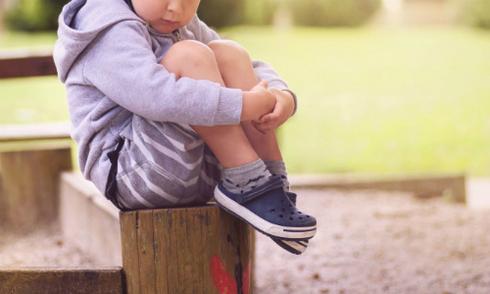 Cậu bé 7 tuổi chậm phát triển vì bố mẹ bảo vệ thái quá