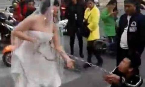 Cô dâu buộc xích lôi chú rể trên đường