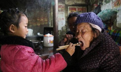 Bé gái 5 tuổi một mình cơm nước, chăm hai bà cụ