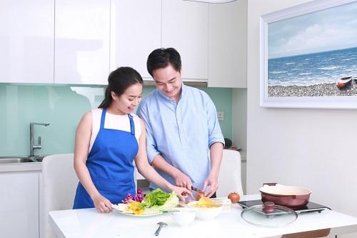 Ông xã sẵn sàng vào bếp chế biến món nhậu yêu thích cùng vợ.