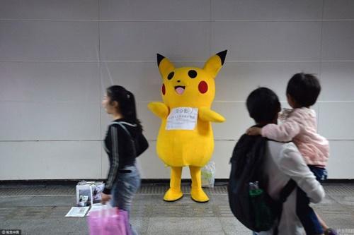 ong-bo-tre-gia-lam-pikachu-moi-ngay-kiem-tien-chua-benh-cho-con