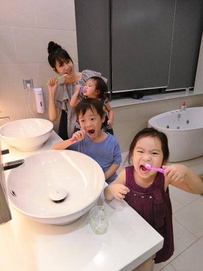 Minh Hà dành thiều thời gian để tập cho bé thói quen chải răng 2 lần sáng mối mỗi ngày
