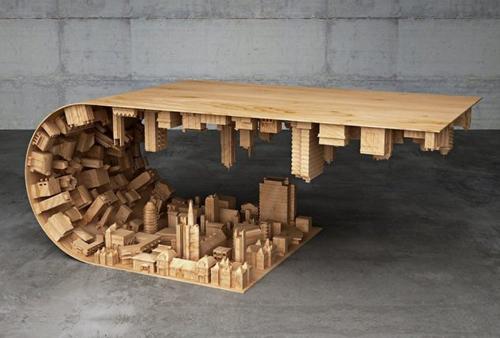 Không chỉ tạo ra đường cong mềm mại cho chiếc bàn, người thợ còn tỉ mỉ khắc cả một thành phố hiện đại bên dưới gầm bàn