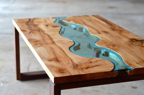 Chiếc bàn đơn giản trở nên thú vị hơn nhờ mảng kính giống như dòng sông xanh