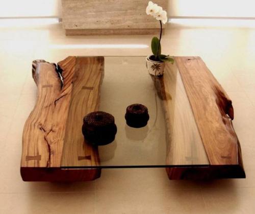 Chỉ cần sử dụng hai khúc gỗ lớn cùng tấm kính, chủ nhà đã có được một chiếc bàn mộc mạc nhưng ấn tượng