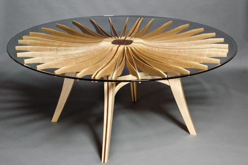 Chiếc bàn trà giống như hình hoa hướng dương sẽ giúp cho phòng khách của bạn trở thành không gian ấm cúng và thanh lịch