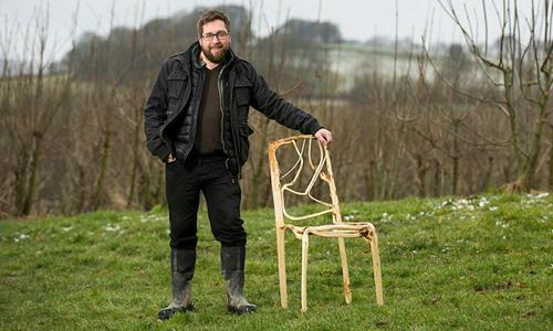Người đàn ông gieo trồng ghế nghìn đôla trên cánh đồng