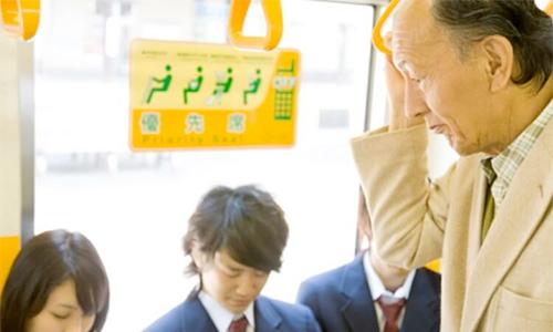 Vì sao trên tàu điện ngầm Nhật, thanh niên ngồi còn người già đứng