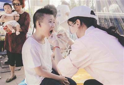 Bố mẹ Trung Quốc đua nhau cho con đi xét nghiệm gene tài năng