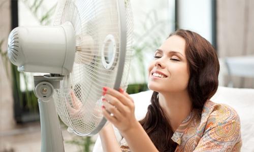 Vì sao ngày nóng càng bật quạt to càng thấy bức