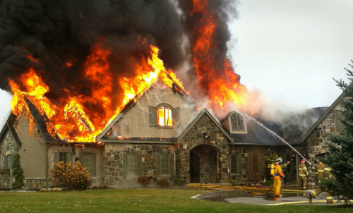 Nhà cháy gây nhiềuthiệt hại về người và của.