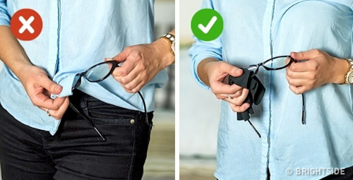 6. Lau kính: Tuyệt đối không dùng vạt áo hoặc tay áo lau kính, nó có thể để lại những vết xước nhỏ trên mắt kính, khiến bạn nhìn rất khó chịu. Hãy dùng miếng vải chuyên dụng, bảo vệ mắt chuẩn hơn.