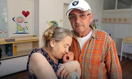 Người phụ nữ bị chồng bỏ vì sinh con ở tuổi 60 - ảnh 1
