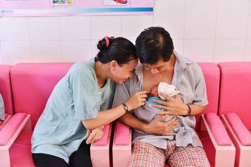 Bé Vú Sữa, con gái của anh Nguyễn Quang Minh và chị Lê Thị Hồng Loan chào đời ở tuần thứ 31 với cân nặng 1,7kg nằm gọn trong vòng ôm của ba mẹ sau 20 ngày nằm trong lồng ấp.