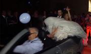Tài xế phóng nhanh, cô dâu chú rể ngã ngửa khỏi xe