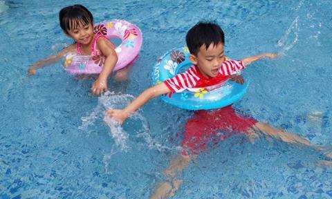 Anh em nhà Bo thích đi bơi cùng bố