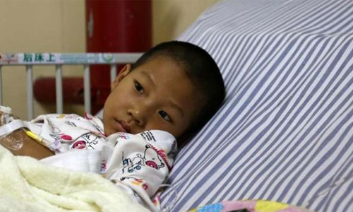 Hai con cùng bị bệnh, cha mẹ nghèo từ bỏ con lớn để cứu con út