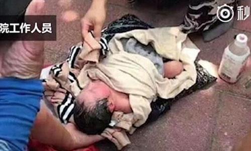 Mẹ gửi con sơ sinh tới trại mồ côi bằng dịch vụ chuyển phát nhanh