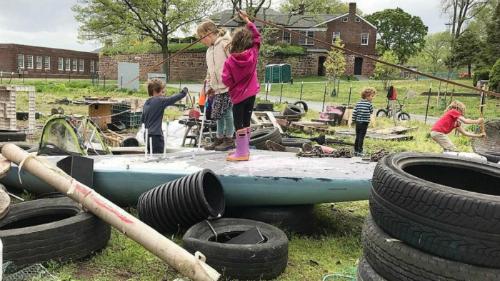 Bãi phế liệu - sân chơi không ngờ giúp trẻ thông minh mọi mặt