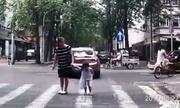 Cô bé nổi tiếng sau khi cúi đầu cám ơn tài xế đã nhường đường