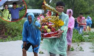 Nhà trai xắn quần, gạt bèo đi đón dâu trong ngày mưa bão