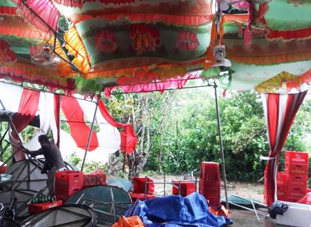 Trước đó một hôm, chú rể Công Sang đã vào nhà gái trước để giúp chuẩn bị phông bạt, dựng rạp. Nhưng chiều hôm đó mưa to quá, anh không thể về lại nhà mình, cách đó gần 100 km. Rạp đổ hết, bát đĩa, ghế bị gió thổi bay, anh cùng bố mẹ, họ hàng nhà vợ phải dọn dẹp, sắp xếp lại cho gọn gàng.