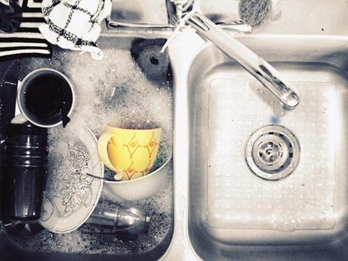 Nên xả nước vào bồn và rửa thay vì rửa trực tiếp dưới vòi nước.