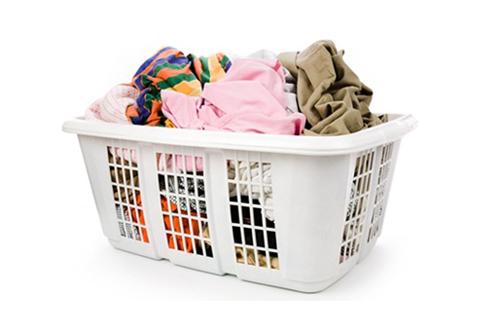Gom đủ lượng đồ cho một lần giặt máy.