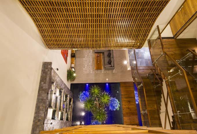 Vợ chồng Sài Gòn xây nhà bằng gỗ chống đạn
