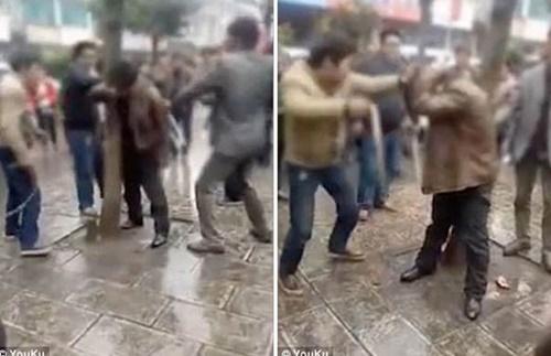 Video: Bay hơn 1.000 km hẹn hò, người đàn ông bị chồng nhân tình quây đánh cho ngất xỉu