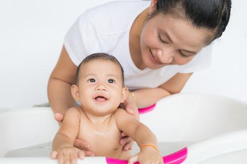5 mẹo giúp bé luôn ấm áp khi tắm trong mùa đông