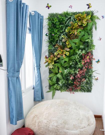Căn phòng trở nên đẹp hơn nhờ có thảm hoa đón Tết.