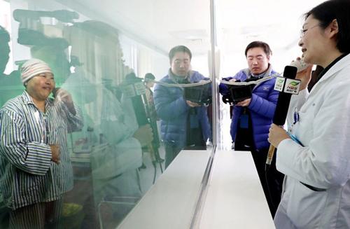 Cô Wang Ling trả lời phỏng vấn truyền thông trong phòng cách ly. Ảnh: Asiaone.