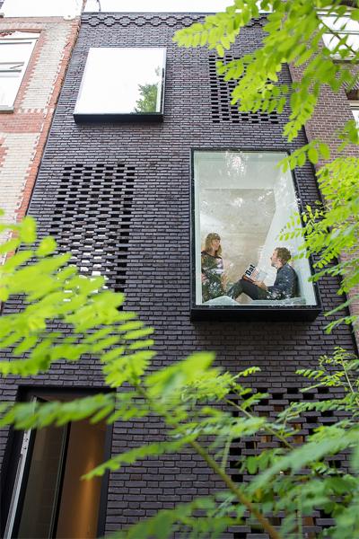 Ngôi nhà ống có bề ngang 3,4m ở Rotterdam (Hà Lan) vẫn sử dụng các loại nguyên vật liệu quen thuộc của địa phương nhưng mang dáng vẻ mới, hiện đại hơn.