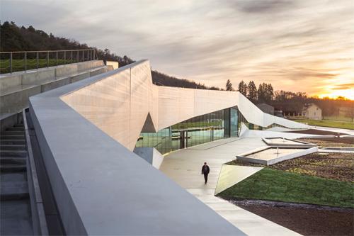 Trung tâm Nghệ thuật Hang động Quốc tế ở Montignac (Pháp) do công ty Snohetta thiết kế.