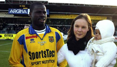 Đưa hết tiền cho vợ, cựu cầu thủ Arsenal từ triệu phú thành tay trắng