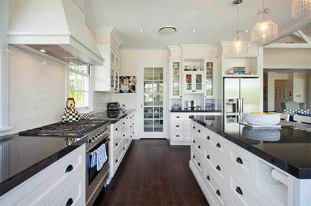 Các chi tiết tối màu được đưa vào nhà bếp nhiều hơn. Ảnh minh họa: Home Stratosphere.