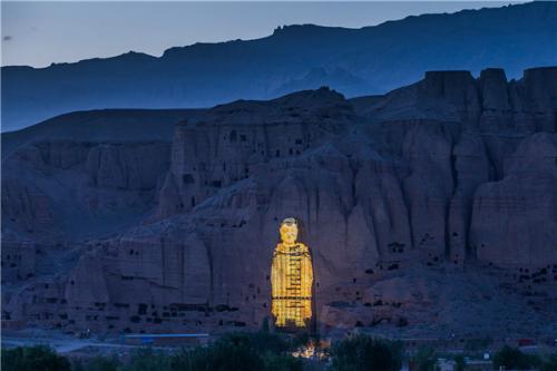 Việc dùng kỹ thuật số tạo dựng lại hình ảnh ban đầu của các bức tượng Phật ở Bamiyan (Afghanistan) và phát lên mạng của cặp vợ chồng đã khiến tàn quân Taliban nổi giận.